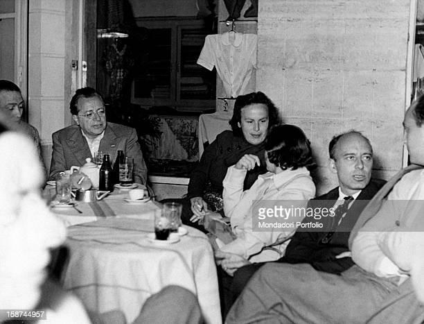 Some Italian politicians sitting at the table Among them there are Palmiro Togliatti Nilde Iotti and Giancarlo Pajetta 1950