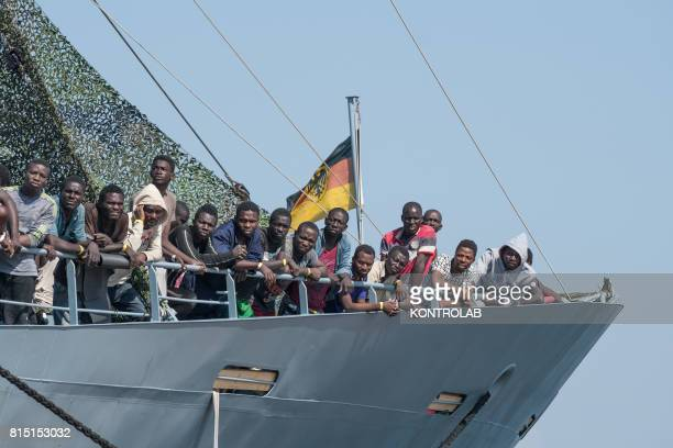 Some migrants during the landing stages of migrants from the German military ship Rhein Refugees landed are 990 among them 203 unaccompanied minors...