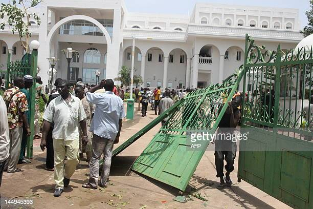 Some of thousands of Malians protest on May 21 2012 in Bamako after breaking the gates of the presidential palace against a transition deal giving...