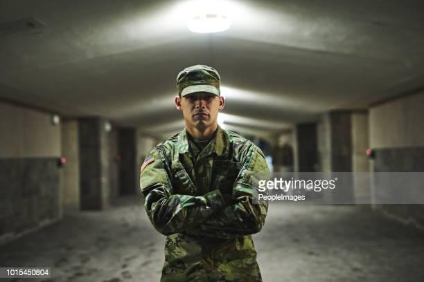 alcune persone hanno paura del buio, lo accolgo con favore - base militare foto e immagini stock