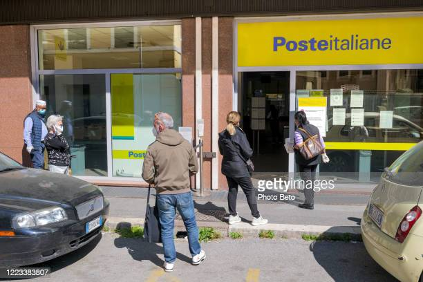 some people lined up in front of a post office during the covid-19 pandemic social crisis - post office stock pictures, royalty-free photos & images