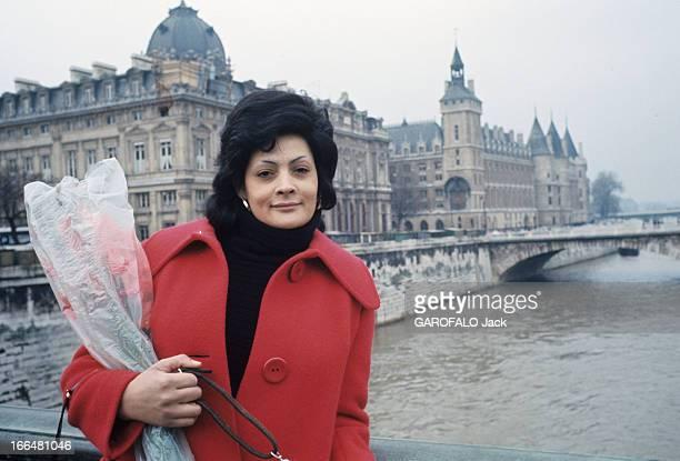 Some Prostitutes Found Refuge At Sisters In France In 1973 En 1973 sur un pont sur la Seine en manteau rouge un bouquet de fleurs au bras une...