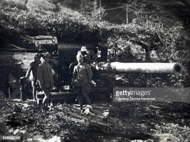 Some soldiers pose with a Marina cannon 152 near the 'Passo Buole' photograph Italy Cima Mezzana July 1918 The weapon was hidden from aircraft...
