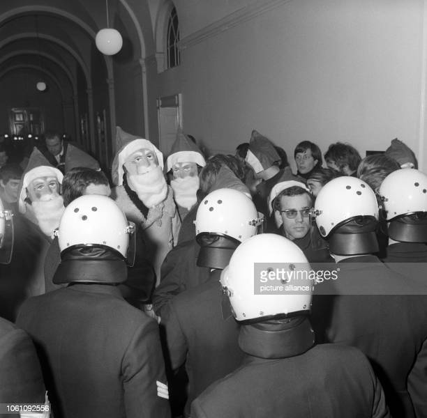 Some students dressed as Santa Claus want to attend the trial against the student Cornelius Cordes in Hamburg on 18 December 1968 They were not...
