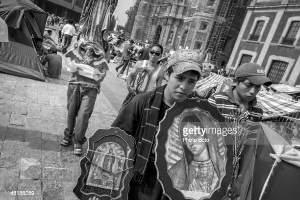 méxico-virgen de guadalupe-peregrinos-blanco y negro - festival de la virgen de guadalupe fotografías e imágenes de stock