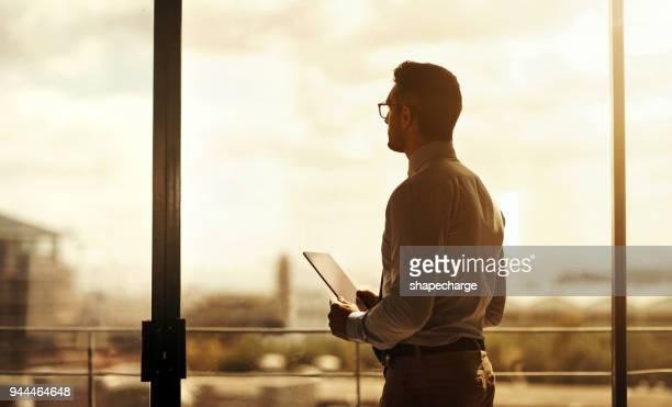 etwas großes ist am horizont - generaldirektor oberes management stock-fotos und bilder