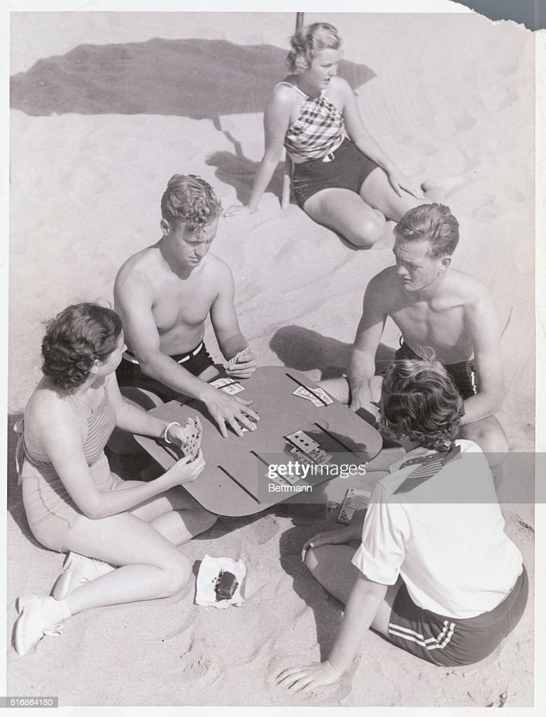 Card Game on Beach : News Photo