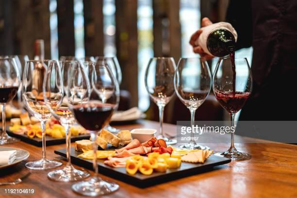 sommelier serveren glazen van wijnproeverij evenement - food and drink stockfoto's en -beelden