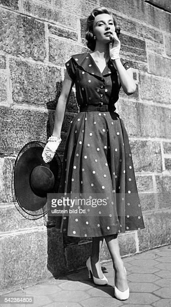 Sommerkleid aus hauchdünnem BaumwollOrganza mit eingewebten gelben Tupfen 1951