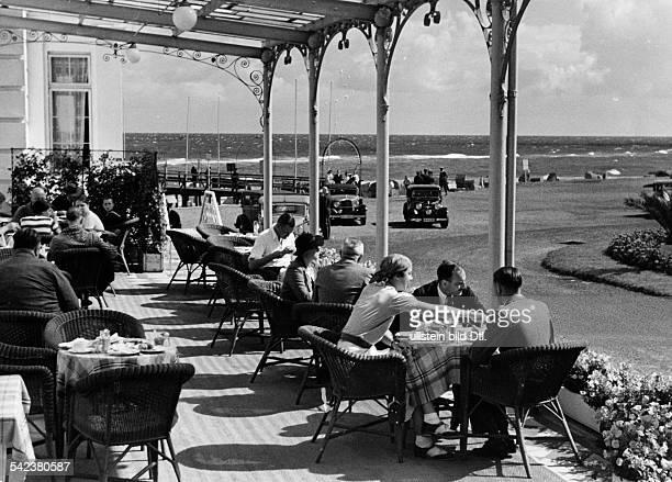 Sommerurlauber auf der Terrasse eines Restaurants an der Ostsee 1939