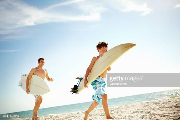 Filho e pai na praia