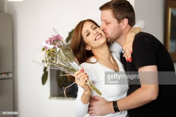 Hijo dar flores a su madre