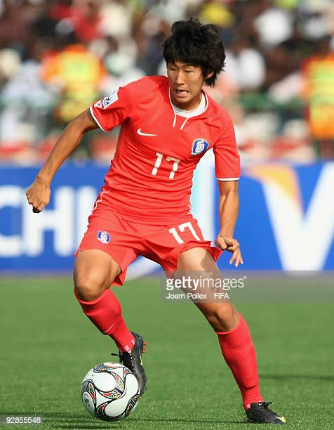 Son Heung Min of Korea runs with the ball during the Round of 16 match between Mexico and Korea Republic at the AbubakarTafawa Stadium on November 5...