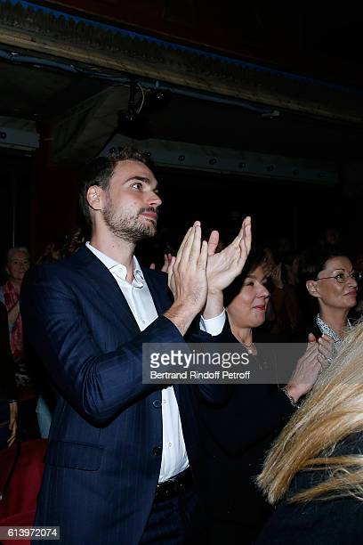 Son of Yves Montand Valentin Livi and his mother Carole Amiel applause at the end of the Ivo Livi ou le destin d'Yves Montand Theater Play at Theatre...
