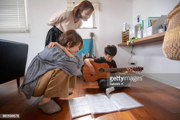 息子がギターを弾いて