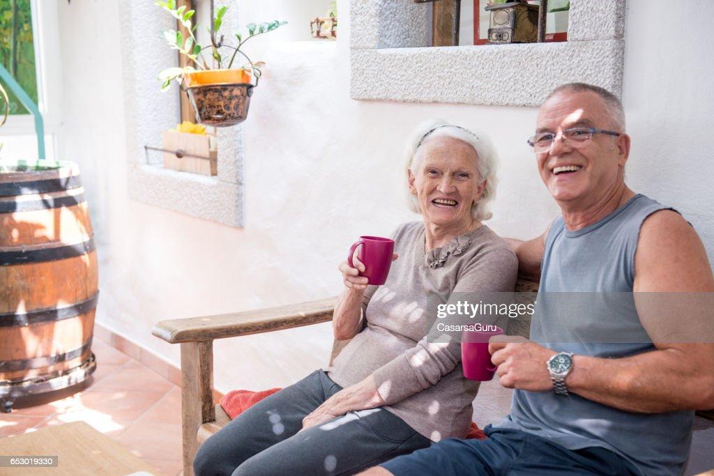 息子の彼女の高齢の母親とコーヒーを飲んで : ストックフォト