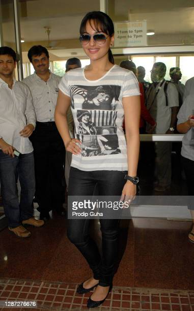 Sonakshi Sinha attends the mumbai shanti avedna ashram for meet with terminally ill cancer patients on November 11, 2010 in Mumbai, India