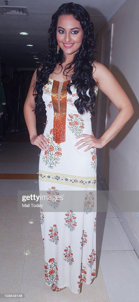 Sonakshi Sinha on the sets of the show 'Entertainment Ke Liye Kuch Bhi Karega' in Mumbai on August 20 2010
