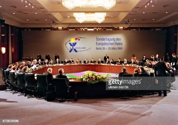 Sondergipfel des Europäischen Rates in Blick in den Tagungsraum mit den Delegationen am Konferenztisch Hotel Intercontinental