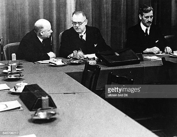 Sondersitzung der Reichsregierung und derFührer der Koalitionsparteien imZeppelinZimmer des Reichstags vor derAbstimmung über die Annahme...