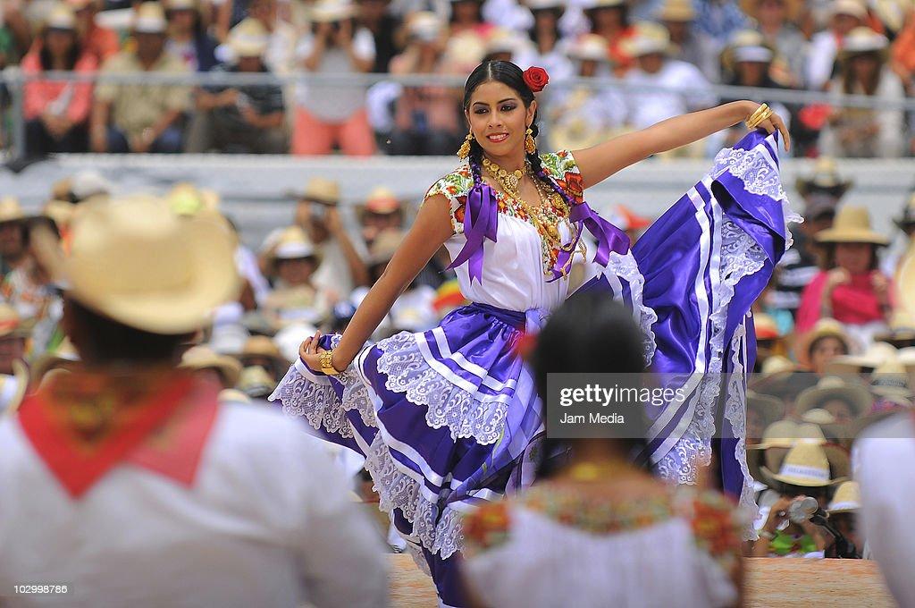 La Guelaguetza : News Photo