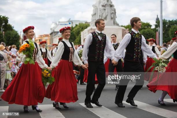 Défilé des participants chanson et danse célébration