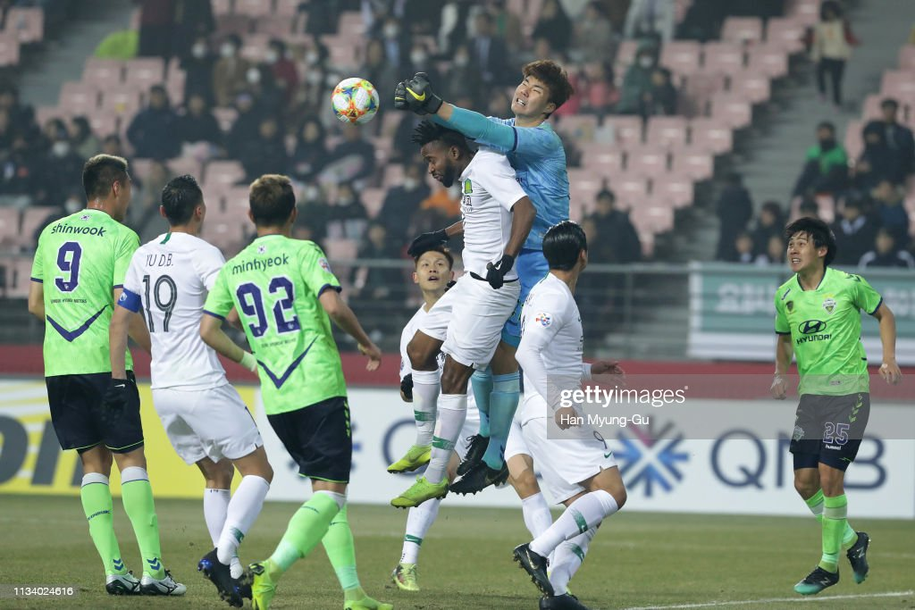 Song Bum-Keun of Jeonbuk Hyundai Motors in action during the AFC