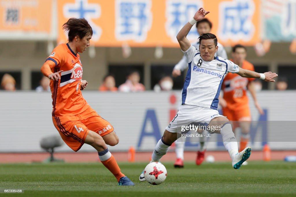 Song Ju Hun of Albirex Niigata and Yosuke Ideguchi of Gamba Osaka compete for the ball during the J.League J1 match between Albirex Niigata and Gamba Osaka at Denka Big Swan Stadium on April 1, 2017 in Niigata, Japan.