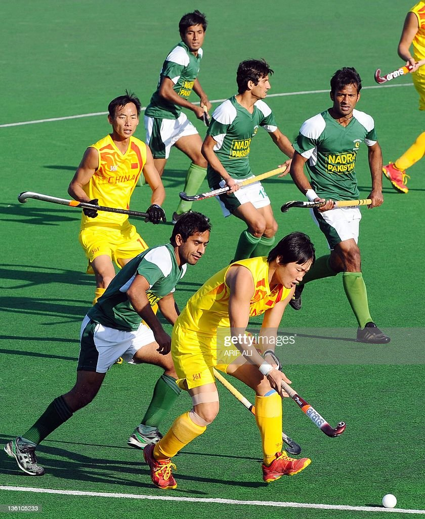 Song Yi of China vies for the ball with Pakistani players