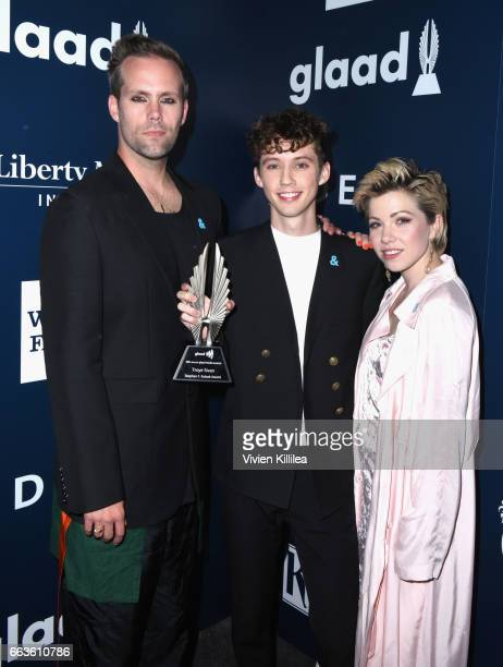 Songwriter Justin Tranter honoree Troye Sivan and singer Carly Rae Jepsen pose with the Stephen F Kolzak Award during the 28th Annual GLAAD Media...