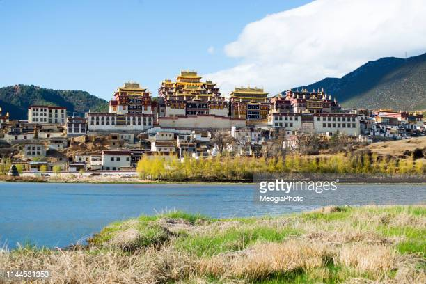 songzanlin monastery in shangrila - shangri la stockfoto's en -beelden