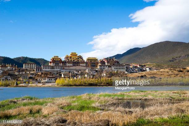 songzanlin monastery in shangrila - ganden sumtseling klooster stockfoto's en -beelden