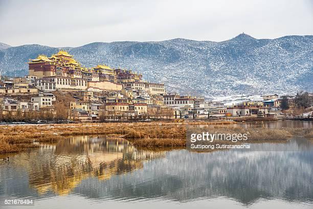 songzanlin temple also known as the ganden sumtseling monastery, is a tibetan buddhist monastery in zhongdian city - songzanlin monastery stockfoto's en -beelden