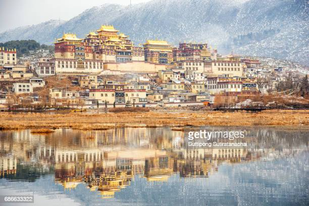 songzanlin temple also known as the ganden sumtseling monastery, is a tibetan buddhist monastery in zhongdian city( shangri-la), yunnan province china and is closely potala palace in lhasa - shangri la stockfoto's en -beelden