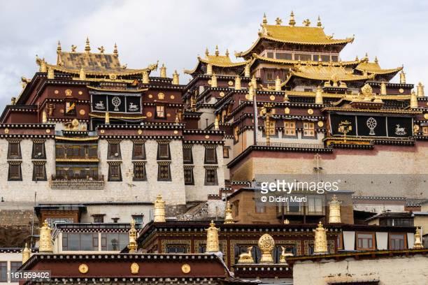 songzanlin tibetan buddhism monastery in shangri-la, yunnan - songzanlin monastery stockfoto's en -beelden