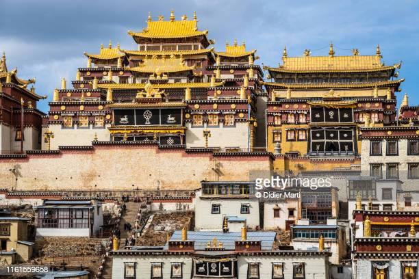 songzanlin tibetan buddhism monastery in shangri-la, yunnan - shangri la stockfoto's en -beelden