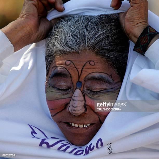 Sonia Escalante se pone una camiseta para participar de la marcha del Dia Internacional de las Mujeres en Ciudad de Guatemala el 08 de Marzo de 2005...