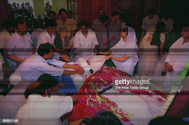 Sonia Gandhi with RK Dhawan and other leaders looking at Rajiv Gandhi's dead body after bringing him to Delhi