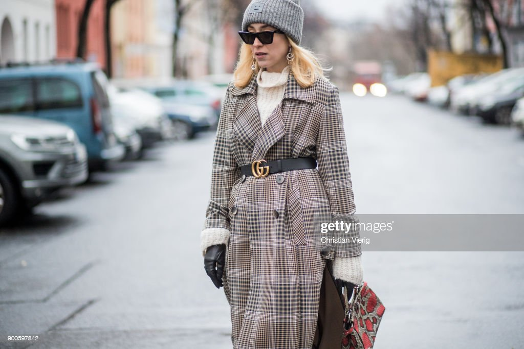 4107fb5147 Sonia Lyson wearing checked trench wool coat Uterque