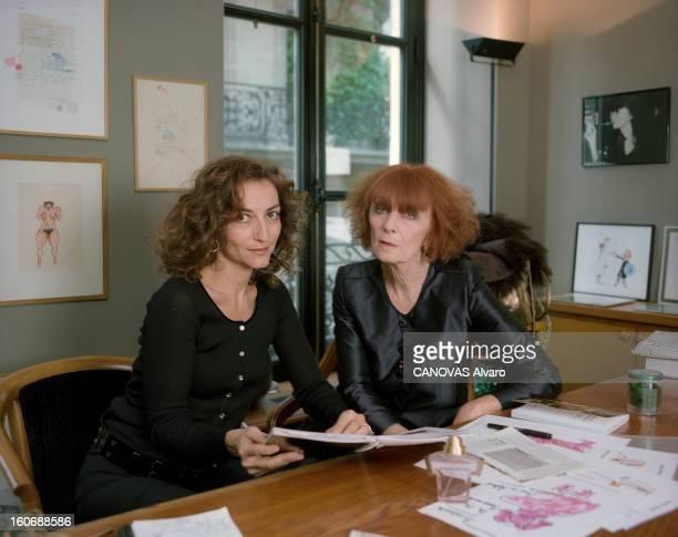 Sonia Rykiel With Family Paris 28 septembre 2000 Portrait de Sonia RYKIEL à droite assise à son bureau au siège de la société dans le quartier de...