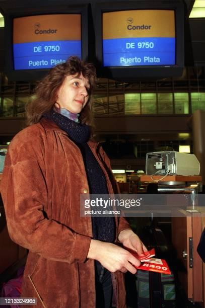 """Sonja Henkens steht am 8.2.96 auf dem Hamburger Flughafen. Nicht ohne Bedenken fliegt sie mit """"Öger Tours"""" nach Puerto Plata, allerdings mit der..."""