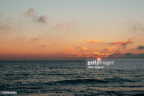 sonnenaufgang auf fehmarn - insel stock pictures, royalty-free photos & images