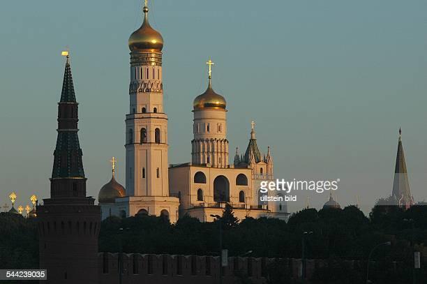 Sonnenaufgang ueber den Kathedralen des Moskauer KremlMariäHimmelfahrtsKathedrale ErzengelMichaelKathedrale und MariäVerkündigungsKathedrale am Das...