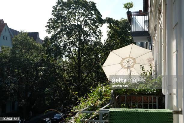Sonnenschirm auf einem Balkon in BerlinPankow