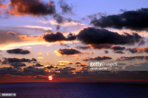 Sonnenuntergang am Weststrand Urlaub auf der Nordsee Insel Insel Sylt im Herbst