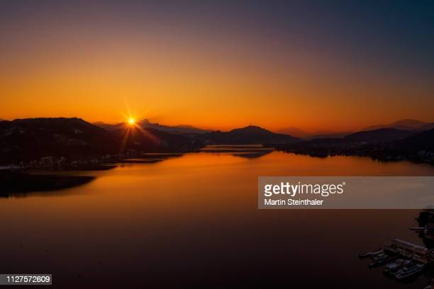 sonnenuntergang am wörthersee - spiegelung stock pictures, royalty-free photos & images