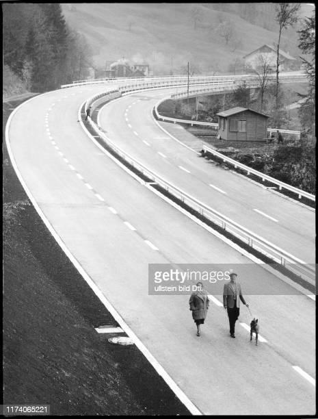 Sonntagsfahrverbot, Spaziergänger auf der Autobahn