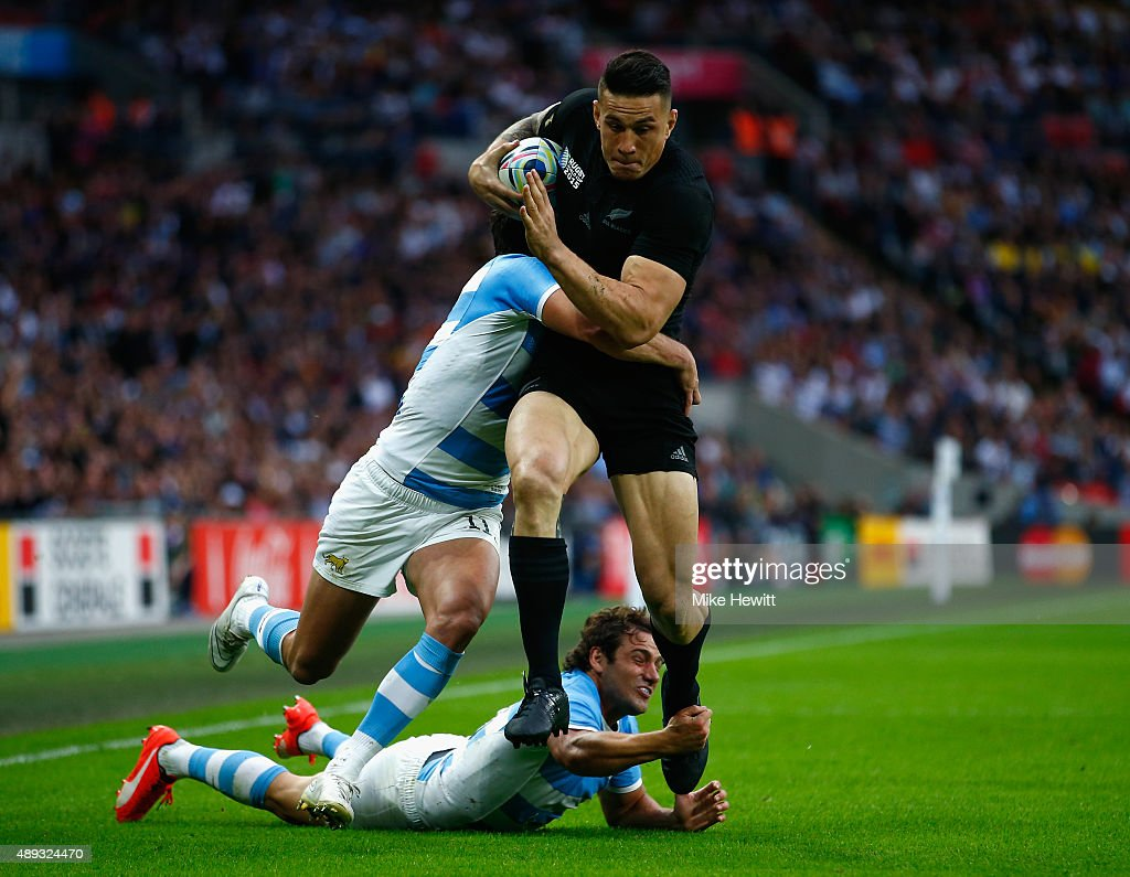 Sonny Bill Williams of the New Zealand All Blacks evades a challenge from Juan Imhoff (L) and Nicolas Sanchez of Argentina during the 2015 Rugby World Cup Pool C match between New Zealand and Argentina at Wembley Stadium on September 20, 2015 in London, United Kingdom.