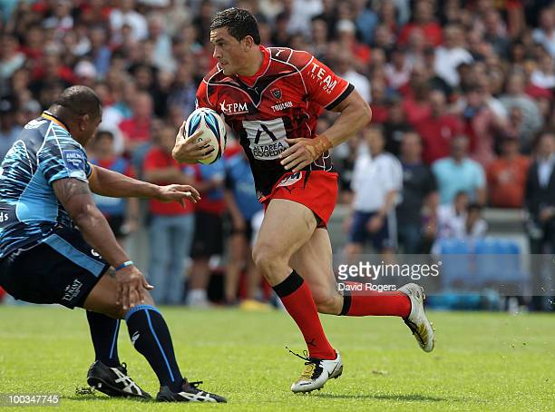 Sonny Bill Williams of Toulon races away to score the first try during the Amlin Challenge Cup Final between Toulon and Cardiff Blues at Stade...