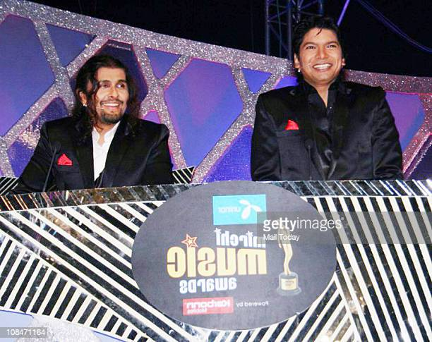 Sonu Nigam and Shaan at Radio Mirchi Music Awards at BKC in Mumbai on January 27 2011